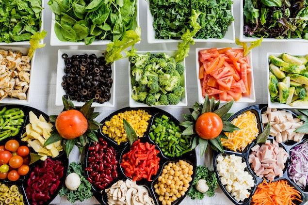 Zöldségek és más feltétek tálakban - Glikémiás index