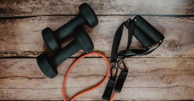 egy pár fekete súlyzó egy trx mellett - app otthoni edzéshez