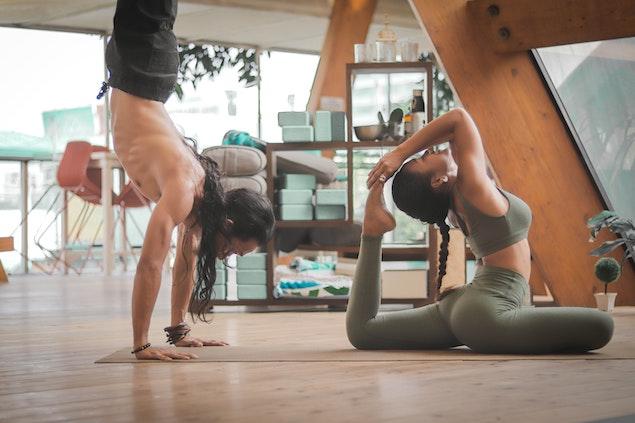 egy férfi és egy nő jógázik - otthoni edzés