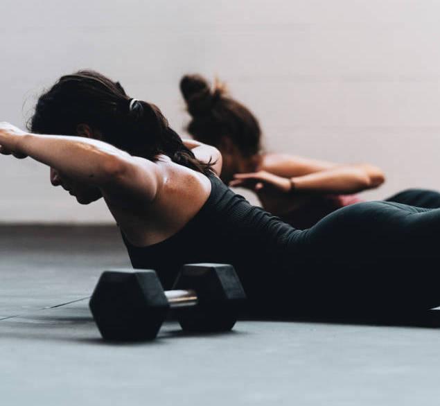 nők edzenek a talajon - otthoni edzés